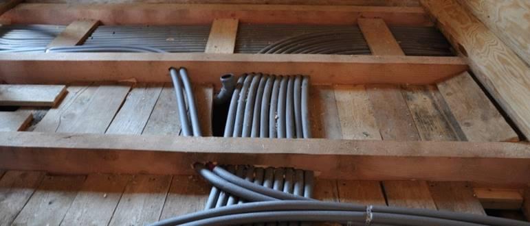 Трубы лучевой системы отопления в деревянных перекрытиях